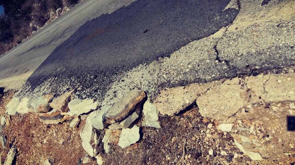 """""""Μπαλώματα"""" στην άκρη του δρόμου από ζημιές στο εξωτερικό δίκτυο της πόλης. Αύγουστος 2017"""