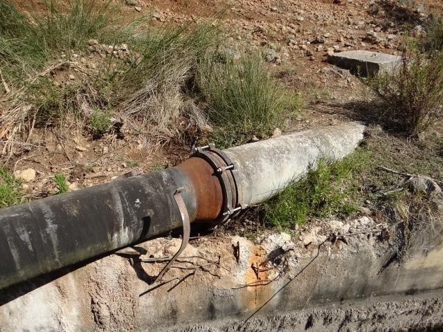 Αγωγός νερού στις πηγές της Λάμπρας όπου το γκρι κομμάτι είναι αμίαντος.