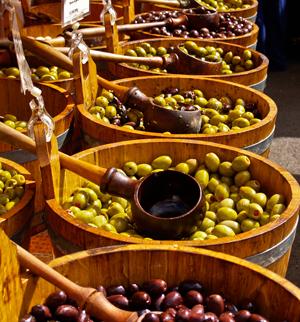 Η εδώδιμη ελιά περιέχει το ελαιόλαδο, μια λιπαρή ύλη με ισορροπημένη αναλογία λιπαρών οξέων και πλήθος βιολογικώς σημαντικών ενώσεων