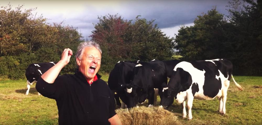 Ένας αγρότης χορεύει Dire Straits! (βίντεο)