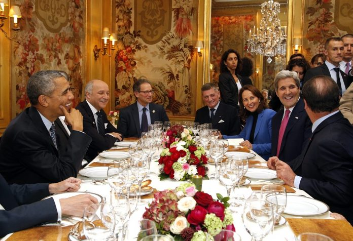 Με το κλίμα σε «σημείο καμπής», οι αρχηγοί κρατών στη σύνοδο κορυφής στο Παρίσι προωθούν τη στροφή σε ΑΠΕ