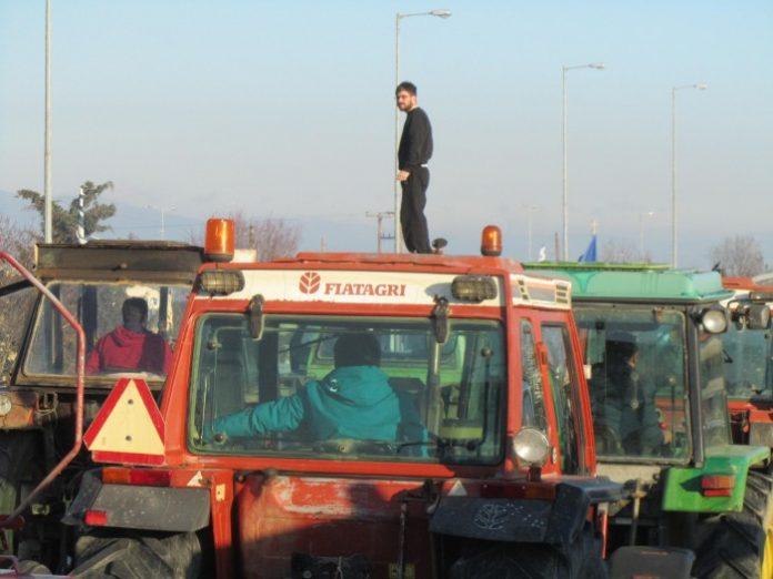 Με τρακτέρ και αγροτικά οχήματα στο Διοικητήριο αγρότες και κτηνοτρόφοι της Κεντρικής Μακεδονίας