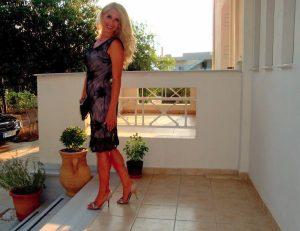 Η όμορφη ξανθιά αγρότισσα που έκλεψε τις εντυπώσεις στο μπλόκο της Κορίνθου