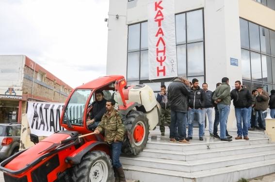 Ηράκλειο: Αποκλεισμός του περιφερειακού καταστήματος του ΟΓΑ, από αγρότες της ΠΑΣΥ