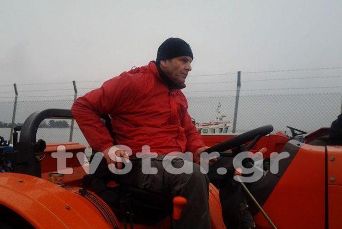 Ο Δήμαρχος Στυλίδας Α. Γκλέτσος οδηγεί τρακτέρ και στηρίζει τους αγρότες