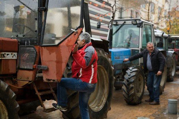 Τα τρακτέρ έκλεισαν την εθνική οδό στην Άρτα. Στην Περιφέρεια Ηπείρου οι κτηνοτρόφοι των Ιωαννίνων