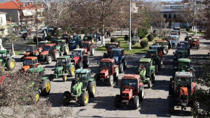 Με πορείες -επάνω στα τρακτέρ τους- στις πλατείες των χωριών και πόλεων της Δυτικής Μακεδονίας, αλλά και του Αμύνταιου, τη Δευτέρα στις 11 το πρωί, οι αγρότες ρίχνουν την αυλαία
