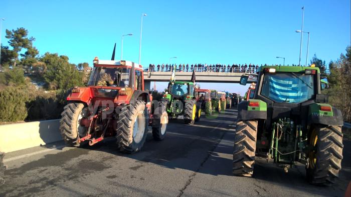 Αγροτικές Κινητοποιήσεις: Αποκλεισμοί Εθνικών Οδών σε όλη τη χώρα. Αυξάνεται ο αριθμός των αγροτών στα μπλόκα