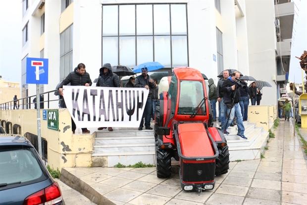 Ηράκλειο Κρήτης: 'Ενταση έξω από τα γραφεία του ΣΥΡΙΖΑ