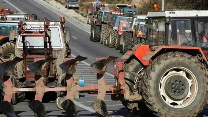 Τρίκαλα: Στην αερογέφυρα Πετροπόρου έχουν παρατάξει τα τρακτέρ αγρότες