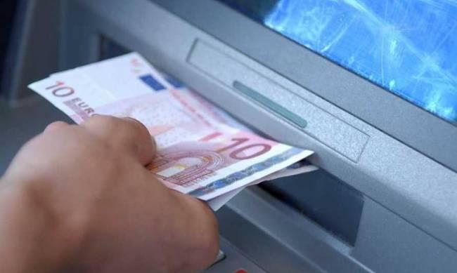 Αύξηση ορίου ανάληψης στα 2.000 ευρώ το μήνα προτείνουν οι τράπεζες