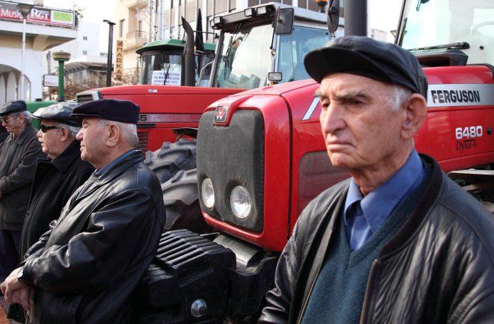 Εκπτώσεις στις εισφορές αλλά και στη βασική σύνταξη για τους αγρότες εξετάζει το Μαξίμου