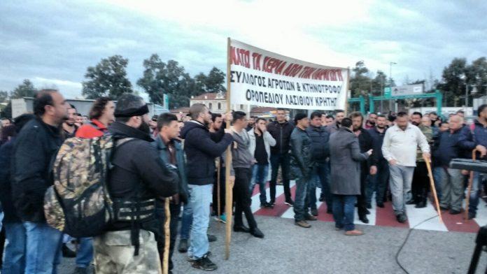 Αγρότες απέκλεισαν το τελωνείο του Ηρακλείου
