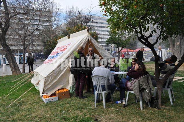 Οι αγρότες «διακοσμούν» τη πλατεία Συντάγματος με σκηνές και πανό (φωτο)