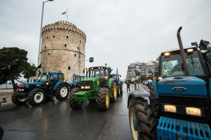 Με τα τρακτέρ τους στον Λευκό Πύργο οι αγρότες
