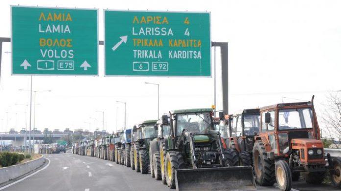 Β. Ελλάδα: Έρχονται Αθήνα αλλά δεν αποδυναμώνουν τα μπλόκα οι αγρότες