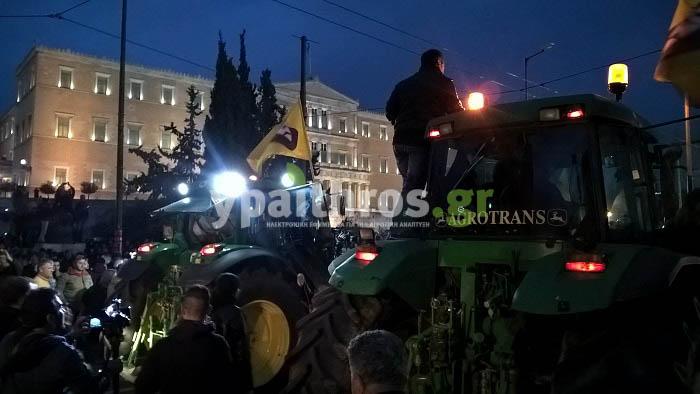 Στο Σύνταγμα έχουν εδώ και ώρα αγρότες μαζί με τα τρακτέρ, τα οποία έχουν παρατάξει μπροστά από τη Βουλή.