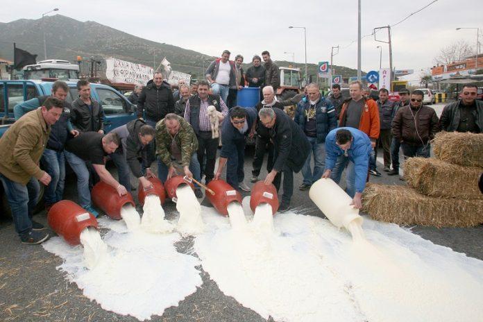 Γάλα στα Τέμπη, εντάσεις στον Προμαχώνα και ενίσχυση των μπλόκων