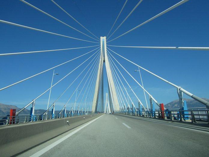 Οι ισχυροί άνεμοι έχουν προκαλέσει προβλήματα στο πορθμείο και στην γέφυρα Ρίου – Αντιρρίου