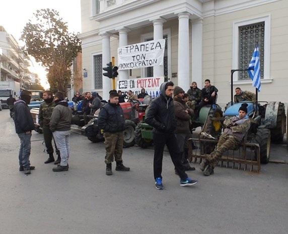 Χανιά: Αγρότες και κτηνοτρόφοι απέκλεισαν το κατάστημα της Τράπεζας της Ελλάδος