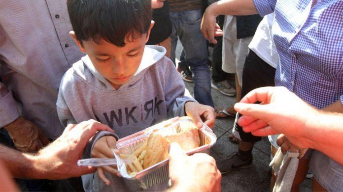 Αντί για εκδηλώσεις, μαγειρεύουν 900 μερίδες φαγητού για τους πρόσφυγες στην Κοζάνη