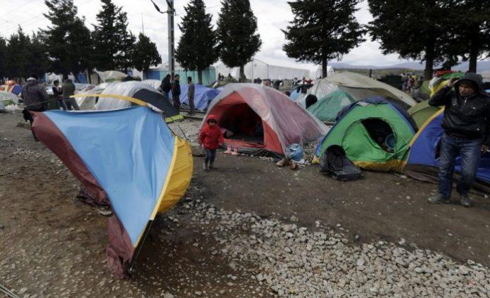 Ειδομένη: Αγρότης επιχείρησε να οργώσει δίπλα στις σκηνές