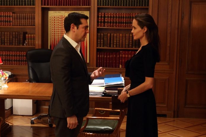 Ο πρωθυπουργός Αλέξης Τσίπρας (Α) υποδέχεται την πρέσβειρα Καλής Θέληςσης του ΟΗΕ Αντζελίνα Τζολί στο Μέγαρο Μαξίμου