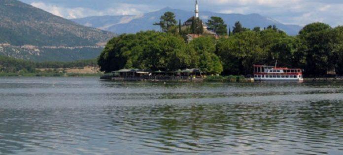 Μυστηριώδης αφρός καλύπτει τη λίμνη των Ιωαννίνων