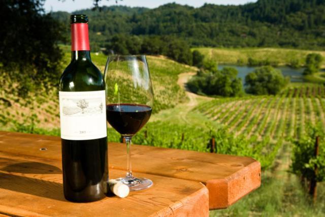 Σε πτωτική τροχιά η αγορά οίνου