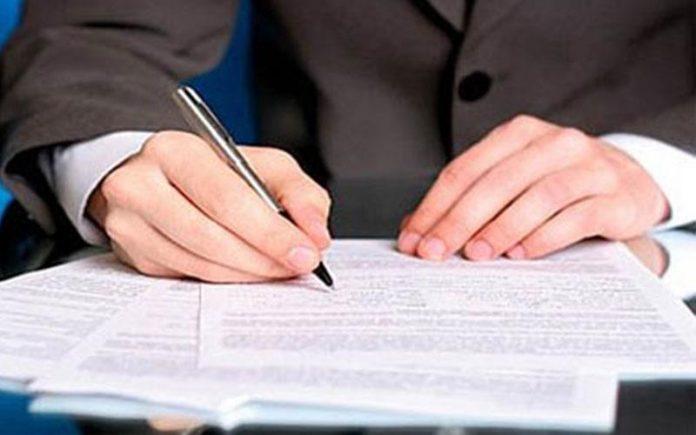 Έπεσαν υπογραφές στην πρώτη συμφωνία του «Πακέτου Γιούνκερ»