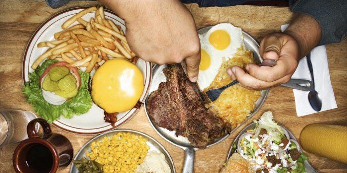 Πάνω από το επιτρεπόμενο όριο η κατανάλωση θερμίδων και πρωτεϊνών
