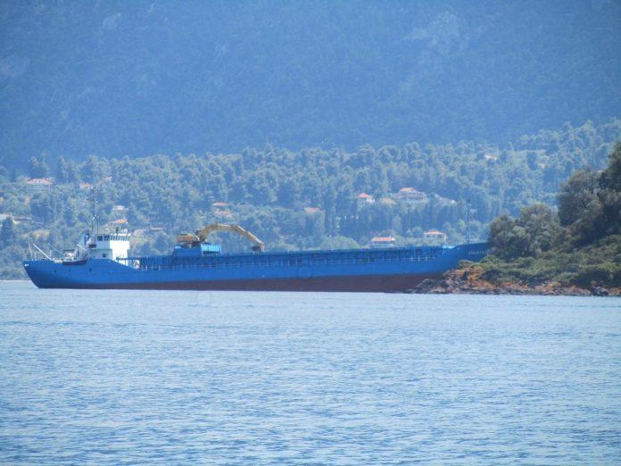 Πλοίο προσάραξε στο νησάκι Στρογγυλή, απέναντι από τα Καμένα Βούρλα