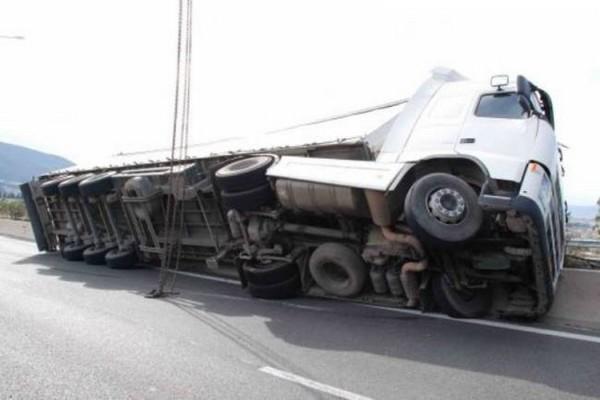 Ανετράπη φορτηγό που μετέφερε τρακτέρ