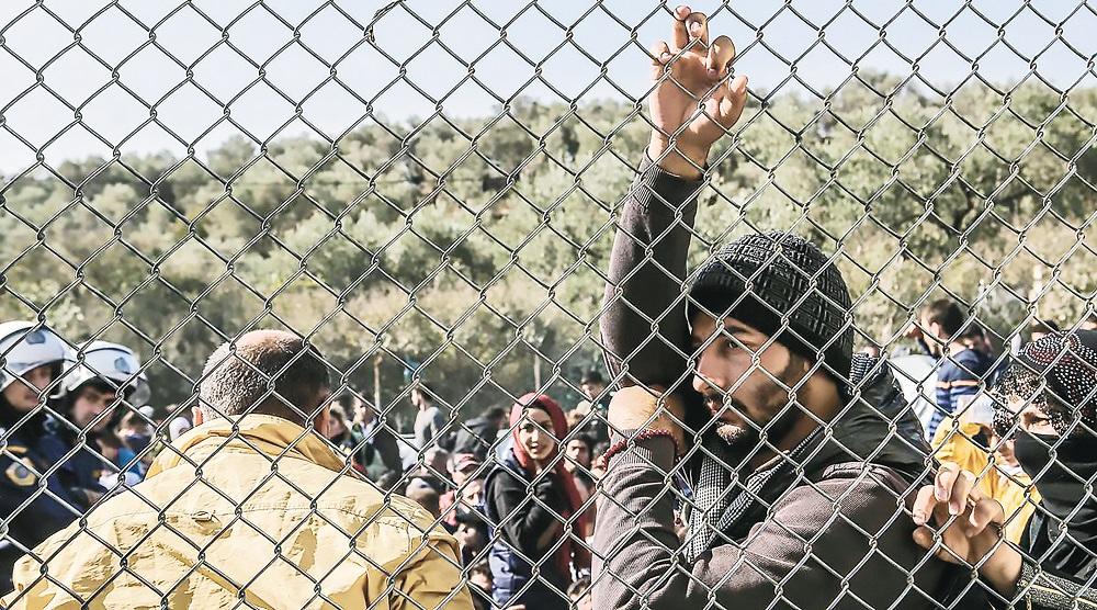 Το οξύµωρο είναι ότι οι άνθρωποι αυτοί θα είχαν δικαίωµα εργασίας, αν δεν είχε πραγµατοποιηθεί η διαδικασία της επίσηµης προκαταγραφής και απλώς τους είχε δοθεί έγγραφο αναβολής αποµάκρυνσης από τη χώρα έως ότου ολοκληρωθεί η εξέταση του αιτήµατος ασύλου που έχουν υποβάλει Ορφανές χιλιάδες θέσεις εργασίας στον πρωτογενή τοµέα για τους έγκλειστους µετανάστες και πρόσφυγες