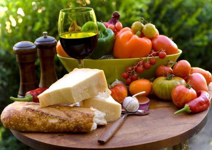 Πιο κοντά στη μεσογειακή διατροφή οι Έλληνες, λόγω κρίσης