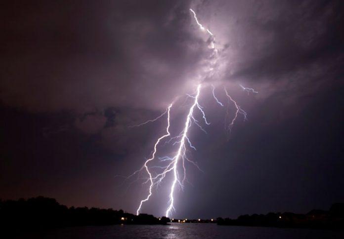 Με βροχές και θυελλώδεις ανέμους ο Δεκαπενταύγουστος