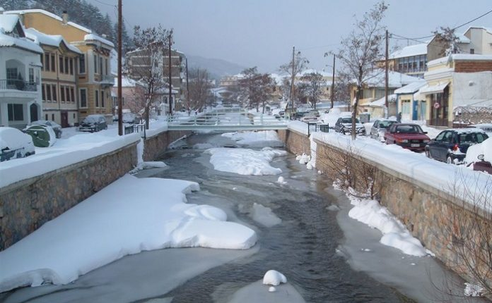 Φλώρινα: Mε φορτηγά μεταφέρουν το χιόνι από το κέντρο της πόλης