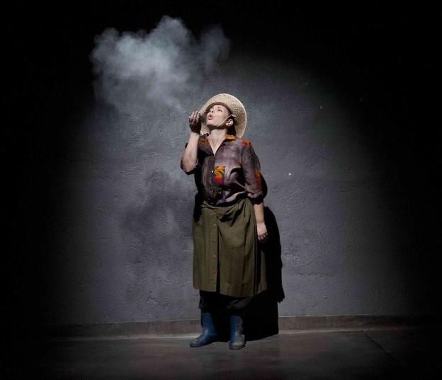«Από πρώτο χέρι»: Παρατείνεται η επιτυχημένη διαδρομή της παράστασης για τα καπνά