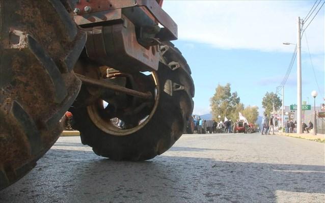 Δίωρος αποκλεισμός στον κόμβο Δερβενίου από αγρότες και κτηνοτρόφους