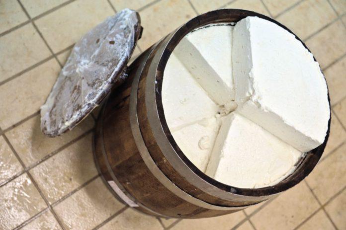 Δέσμευση 408 κιλών φέτας ΠΟΠ σε ψυκτική αποθήκη του Πειραιά