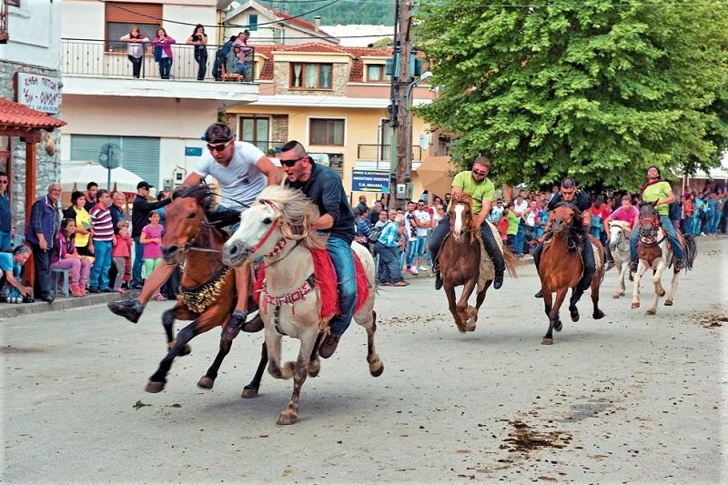 Στον Βώλακα Δράμας γιορτάζουν το Άγιο Πνεύμα με ιπποδρομίες