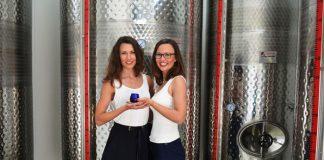 Οι αδελφές Αλκυόνη και Φρύνη Μπαγλατζή, με σπουδές και μεταπτυχιακά στη Γερμανία, επέλεξαν την παραμονή τους στην Ελλάδα και την ενασχόλησή τους με την καλλιέργεια της ελιάς.