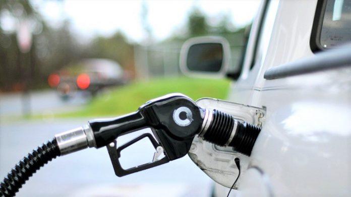 Ουρές για τσάμπα βενζίνη τα ξημερώματα στην Τρίπολη