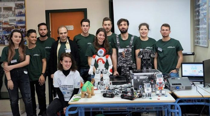 Ένα ρομπότ στολίζει χριστουγεννιάτικο δέντρο και φτιάχνει μελομακάρονα