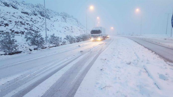 Χιονίζει στη Δυτική Θεσσαλία χωρίς προβλήματα το οδικό δίκτυο