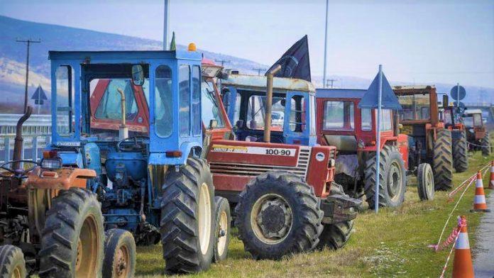 Αγρότες από Πρέβεζα και Άρτα έστησαν μπλόκο στο κόμβο της Ιόνιας Οδού