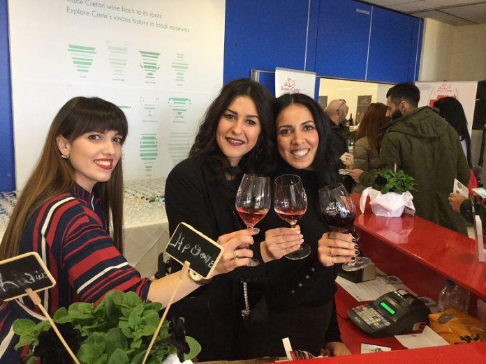 """Πάνω από 500 ποικιλίες κρασιών γεύτηκαν χιλιάδες κόσμου στα """"Οινοτικά"""""""
