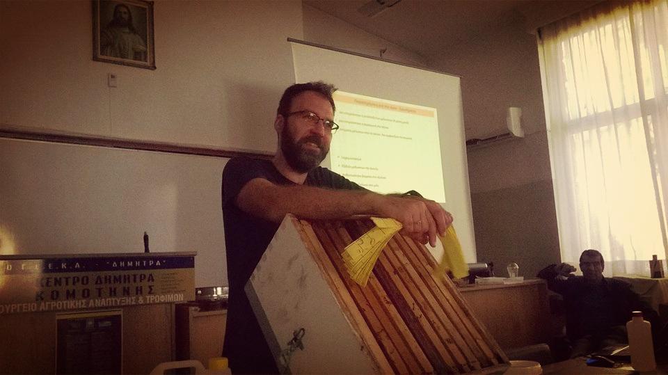 Ο επίκουρος καθηγητής Μελισσοκομίας, Γιώργος Γκόρας, βρέθηκε στην Κομοτηνή για να παρουσιάσει σε σεμινάριο του Μελισσοκομικού Συλλόγου Ροδόπης «Το Κεντρί» τις ασθένειες των μελισσών