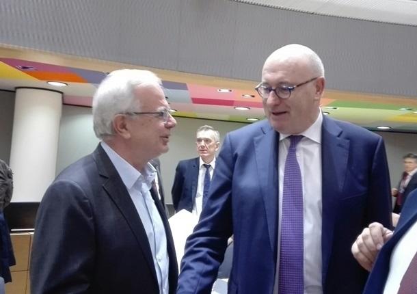 Αποστόλου προς Hogan: Να αποσυρθεί η πρόταση της Κομισιόν για πλήρη εξωτερική σύγκλιση των ενισχύσεων