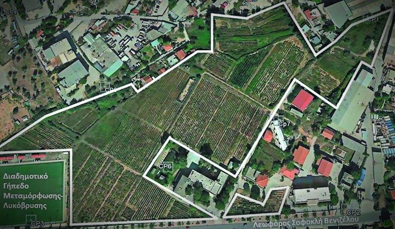 Αεροφωτογραφία του αμπελώνα (λευκή συνεχόμενη γραμμή) της Συλλογής του Τμήματος Αμπέλου Αθηνών στη Λυκόβρυση Αττικής (φωτογραφία Google Maps)